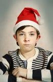 Chiuda sul ritratto di un ragazzo del preteen in cappello di Santa Fotografie Stock