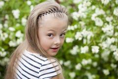 Chiuda sul ritratto di una bambina di sette anni, contro backgroun Fotografia Stock