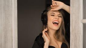 Chiuda sul ritratto di una donna di canto in cuffie Canta nelle prime ore del mattino a casa fotografie stock libere da diritti