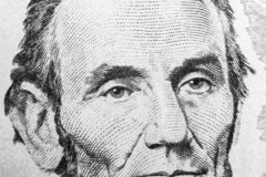 Chiuda sul ritratto di vista di Abraham Lincoln sull'una banconota da cinque dollari Fondo dei soldi banconota in dollari 5 con A immagini stock libere da diritti