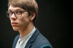 Chiuda sul ritratto di vista laterale di giovane maschio serio con lo sguardo diffidente Immagini Stock Libere da Diritti