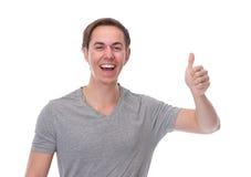 Chiuda sul ritratto orizzontale di un uomo felice che sorride con i pollici su Fotografia Stock