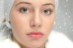 Chiuda sul ritratto sul bello fronte della donna nella neve Immagini Stock