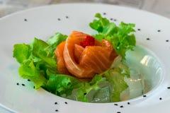Chiuda sul salmone del sashimi con le verdure Fotografia Stock