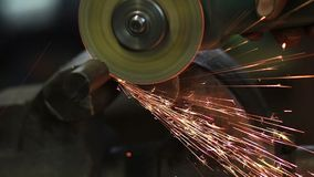 Chiuda sul sawing del metallo con la lama circolare archivi video