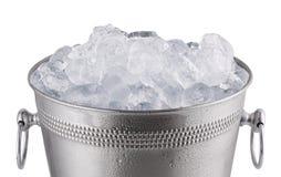 Chiuda sul secchio del champagne del metallo, pieno con ghiaccio Isolato su briciolo immagini stock libere da diritti