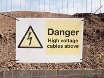 chiuda sul segno del recinto del cantiere: cavi ad alta tensione del pericolo qui sopra Immagine Stock Libera da Diritti