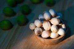 Chiuda sul seme del loto sulla piccola tazza di legno Fotografie Stock