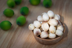 Chiuda sul seme del loto sulla piccola tazza di legno Immagini Stock Libere da Diritti