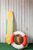 Chiuda sul surf e sul cavo di sicurezza sulla parete di legno del fondo Immagini Stock