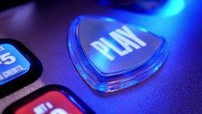 Chiuda sul tasto di riproduzione di filatura sullo slot machine archivi video