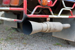 Chiuda sul tubo di scarico del camion, profondità di campo bassa fotografie stock libere da diritti