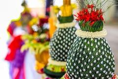 Chiuda sul vassoio tailandese di stile con i fiori del piedistallo Fotografie Stock Libere da Diritti