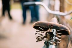 Chiuda sul vecchio sedile di bicicletta d'annata fotografia stock libera da diritti