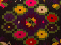 Chiuda sul vecchio tappeto rumeno tradizionale della lana con il motivo antico Fotografie Stock