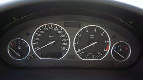 Chiuda sul video colpo del cruscotto della velocità dell'automobile archivi video