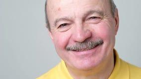Chiuda sul video sull'uomo sorridente senior video d archivio