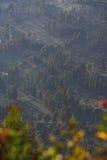 Chiuda sul villaggio di Cemoro Lawang dal punto di vista di PinajakanII Java, Indonesia fotografie stock