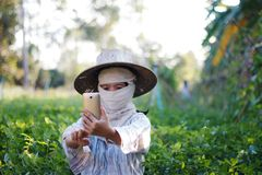 Chiuda sull'agricoltore del colpo che utilizza lo smartphone mobile nell'azienda agricola della natura Fotografia Stock Libera da Diritti