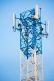 Chiuda sull'antenna per la comunicazione del telefono cellulare in chiaro cielo blu Immagini Stock Libere da Diritti