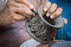 Chiuda sull'artista del vasaio che lavora all'indennità AR della scultura delle terraglie dell'argilla Fotografia Stock Libera da Diritti