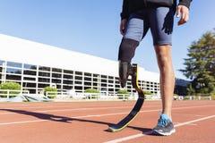 Chiuda sull'atleta disabile dell'uomo con la protesi della gamba immagine stock libera da diritti