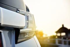 Chiuda sull'automobile moderna ed elegante del fanale posteriore conce automobilistico della parte immagine stock libera da diritti