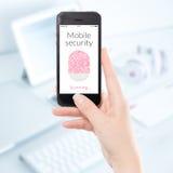 Chiuda sull'esame mobile dell'impronta digitale dello smartphone di sicurezza Fotografie Stock