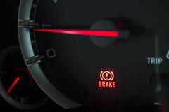 Chiuda sull'icona del segnale di luce dei freni sul pannello dell'automobile Fotografie Stock
