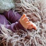 Chiuda sull'immagine dei piedi del neonato Immagine Stock