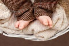 Chiuda sull'immagine dei piedi neonati del bambino Fotografie Stock