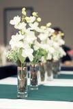 Chiuda sull'immagine dei vetri di vino con il fiore in ristorante Fotografie Stock