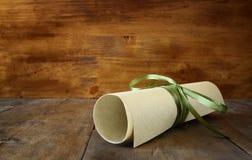 Chiuda sull'immagine del diploma di istruzione sopra la tavola di legno Fuoco selettivo Fotografia Stock