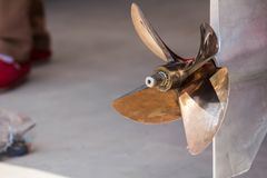 Chiuda sull'immagine dell'elica a quattro pale del motore della barca della velocità dell'acciaio inossidabile immagini stock libere da diritti