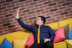 Chiuda sull'immagine dell'uomo di affari che tiene una compressa digitale, ritratto Fotografie Stock