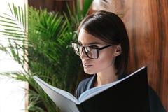 Chiuda sull'immagine della donna calma di affari in occhiali Immagini Stock