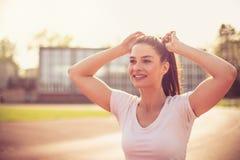 Chiuda sull'immagine di funzionamento sorridente della giovane donna Fotografie Stock