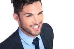 Chiuda sull'immagine di giovane uomo sorridente di affari immagine stock