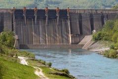 Chiuda sull'immagine di una diga del barraggio acquatico Fotografie Stock