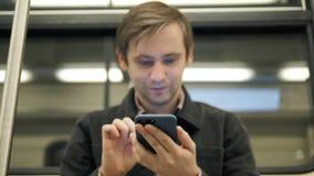 Chiuda sull'impiegato di concetto professionista del macro giovane uomo d'affari bello dello studente con lo smartphone in sottop archivi video
