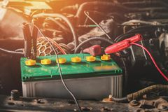 chiuda sull'incarico dei cavi della depressione dell'elettricità fotografie stock