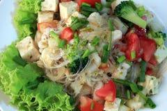 Chiuda sull'insalata delle tagliatelle del cellofan con la salsiccia di maiale vietnamita e la verdura di varietà quale lattuga,  fotografie stock libere da diritti
