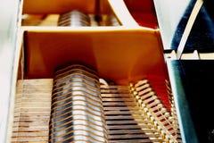 Chiuda sull'interno dettagliato del pianoforte a coda immagini stock libere da diritti