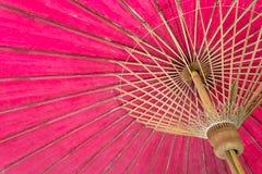 Chiuda sull'ombrello rosso della struttura Fotografie Stock