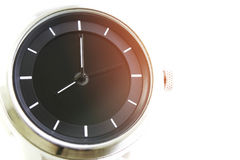 Chiuda sull'orologio d'annata isolato su fondo bianco immagini stock
