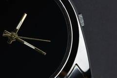 Chiuda sull'orologio di lusso su fondo nero immagini stock