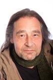 Chiuda sull'uomo adulto sorridente dei capelli lunghi Fotografie Stock Libere da Diritti