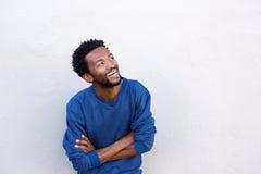 Chiuda sull'uomo afroamericano bello con sorridere attraversato armi fotografie stock