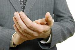 Chiuda sull'uomo d'affari che applaude le sue mani nell'ufficio Immagini Stock Libere da Diritti