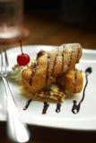 Chiuda sulla banana dolce fritta e sulla salsa di cioccolato Fotografia Stock Libera da Diritti